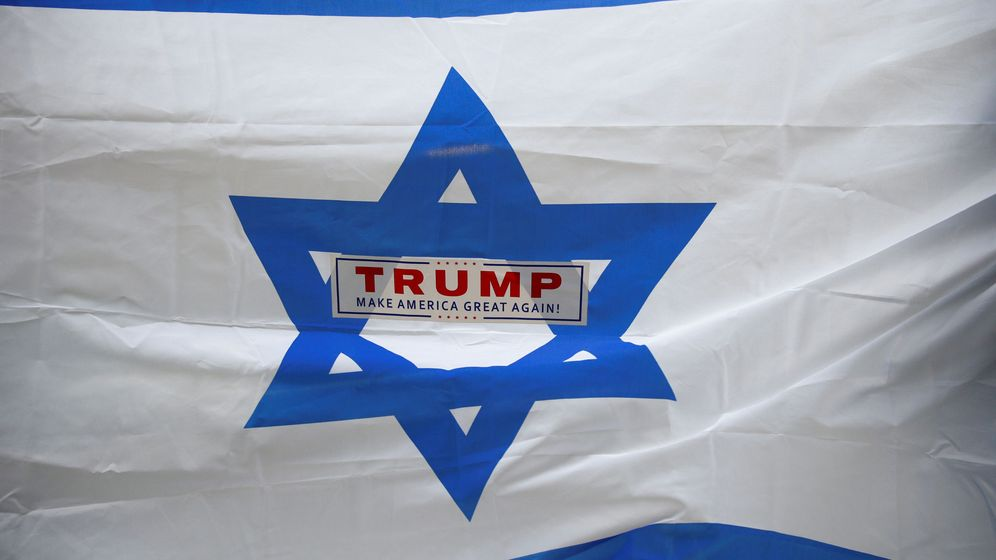 Foto: Manifestantes enarbolan una bandera israelí con una pegatina de la campaña de Donald Trump, durante una protesta propalestina en Nueva York, el 18 de mayo de 2018. (Reuters)