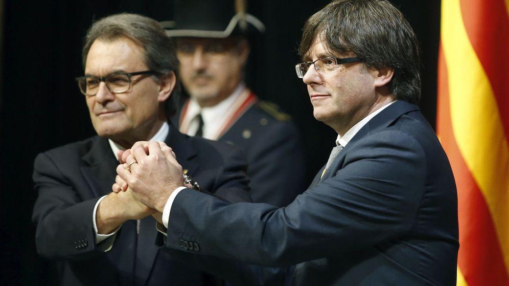 Foto: El expresidente de la Generalitat, Artur Mas, y su sucesor en el cargo, Carles Puigdemont, durante la toma de posesión. (Efe)