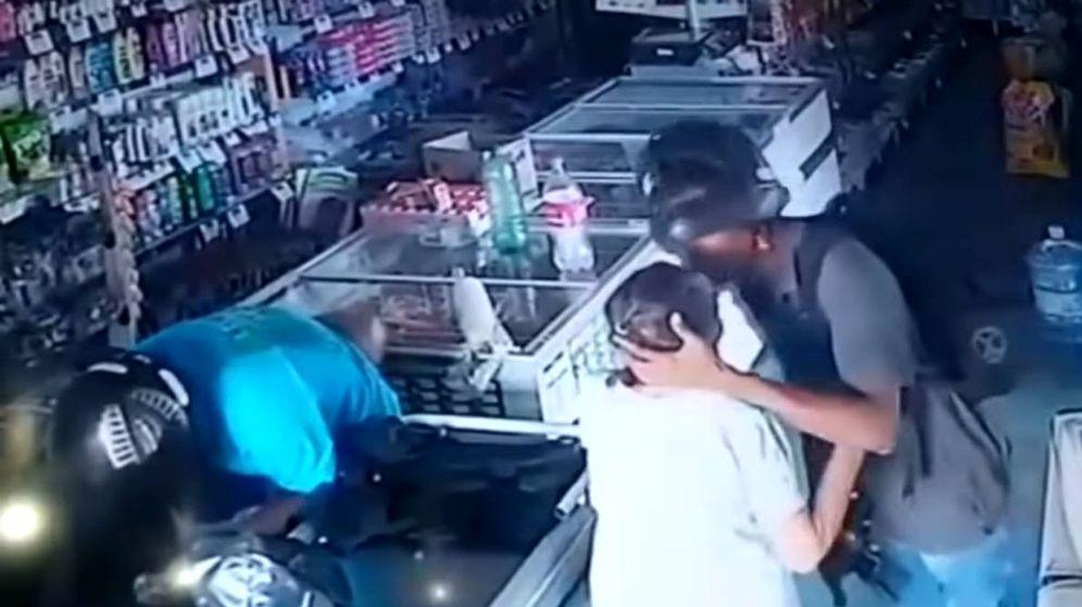 Foto: El atracador se apiadó y no solo no le robó el bolso, sino que también la besó en la cabeza (Foto: YouTube)