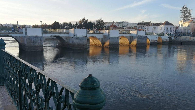 El puente romano de Tavira, población portuguesa en la frontera con España. (ST)