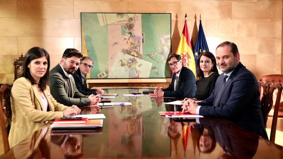 Foto: Marta Vilalta, en primer término a la izquierda, en la mesa de negociación junto a los líderes del PSOE. (EFE)