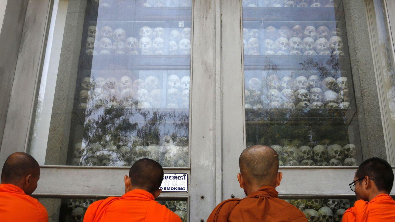 Monjes budistas observan los cráneos de víctimas encontrados en el área de exterminio de Choeung Ek, hoy convertido en un memorial del genocidio a las afueras de Phnom Penh. (Reuters)