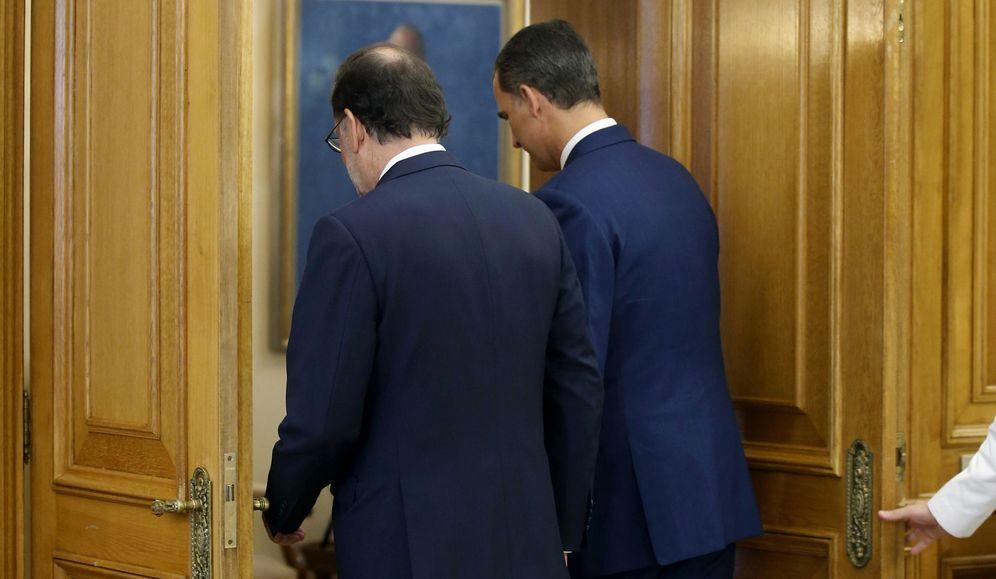 Foto: El rey Felipe VI y el presidente en funciones, Mariano Rajoy, se reúnen en el Palacio de la Zarzuela, este 28 de julio. (EFE)