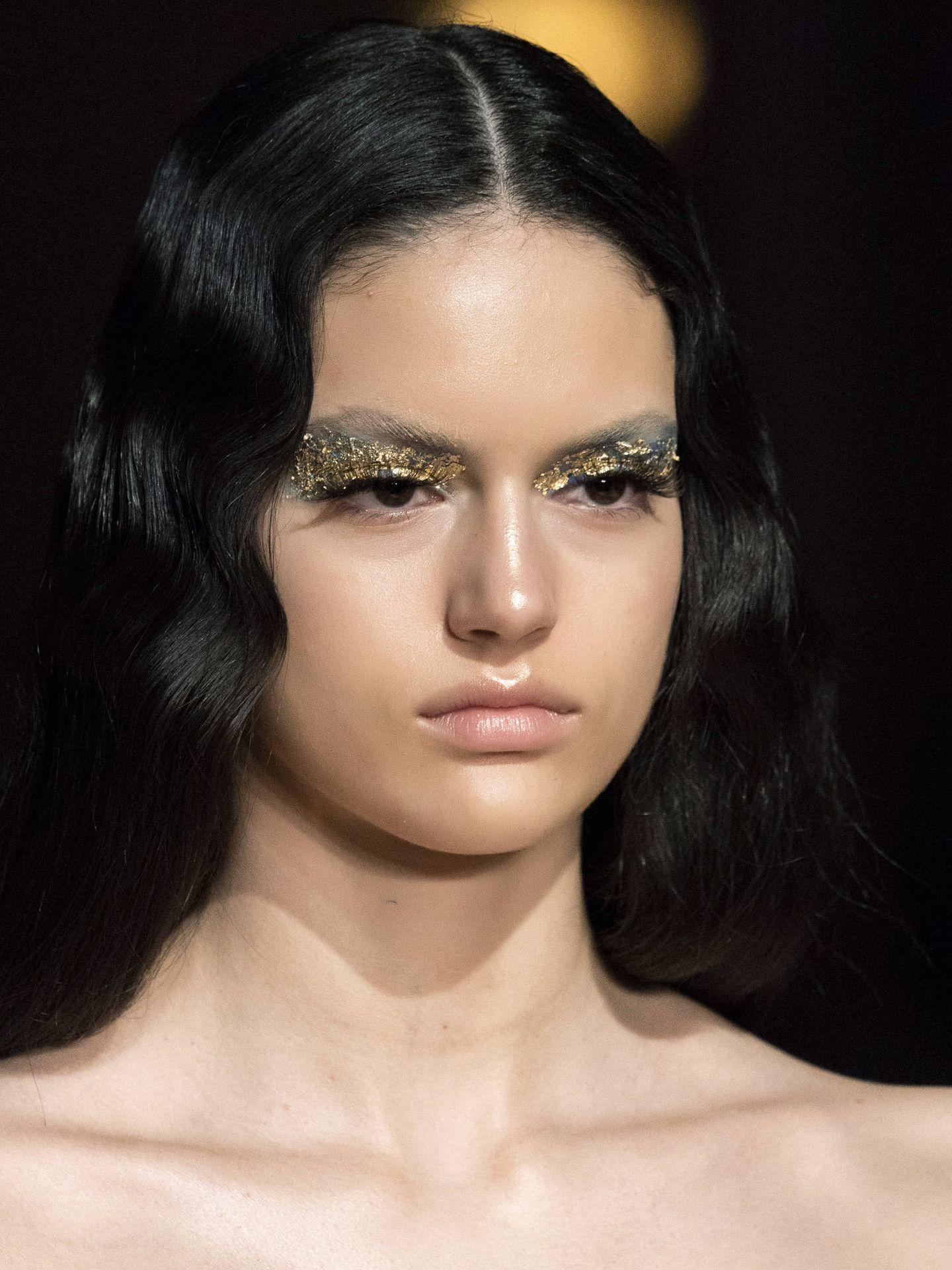 Maquillaje metalizado y dorado de Halpern. (Imaxtree)
