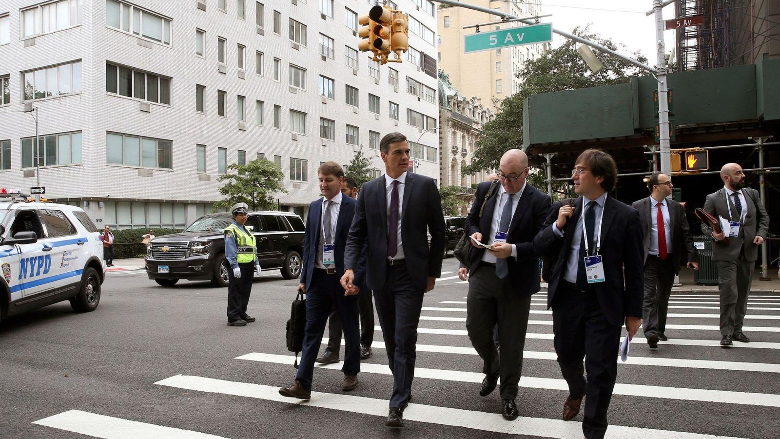 Foto: Pedro Sánchez, caminando por la Quinta Avenida de Nueva York con su equipo, este 26 de septiembre. (EFE)