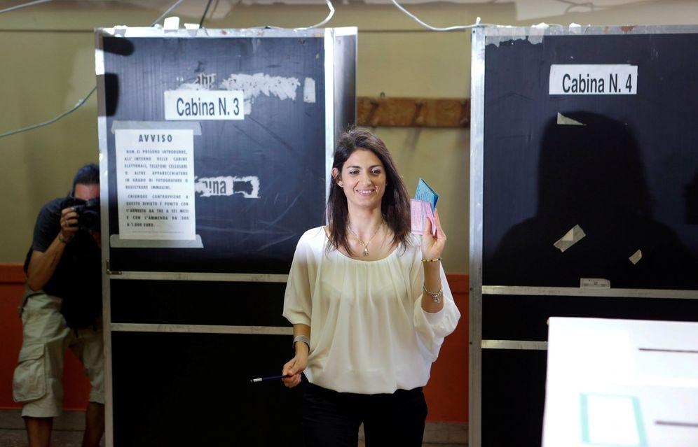 Foto: Virginia Raggi, del Movimiento 5 Estrellas, en el momento de depositar su voto en Roma (Reuters)