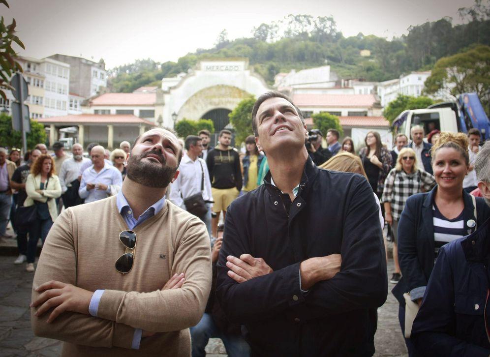 Foto: Pedro Sánchez, durante el paseo que dio este 21 de septiembre en Pontedeume, A Coruña, con el alcalde, Bernardo Piñeiro, a su derecha. (EFE)