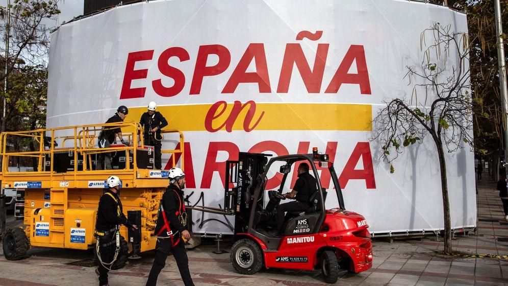 Foto: Operarios desmontan la pantalla gigante de la sede de Ciudadanos. (EFE)