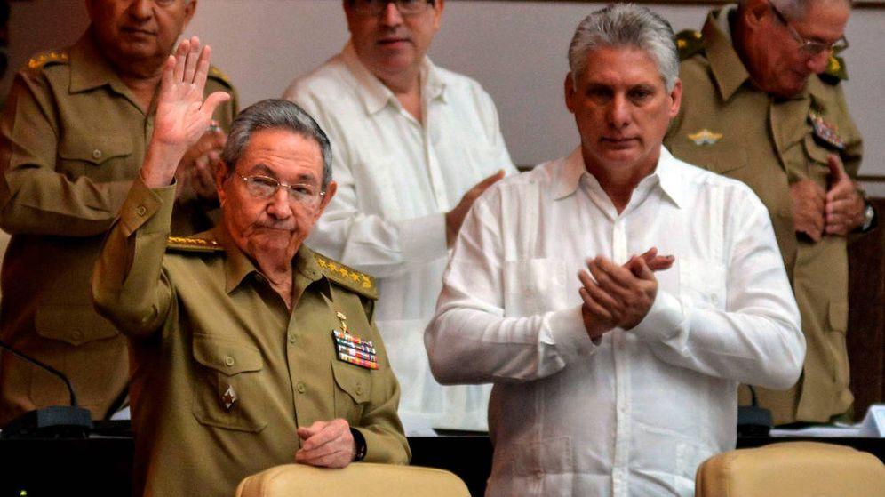 Foto: Miguel Díaz-Canel (d) junto a Raúl Castro, en diciembre de 2014. (EFE)