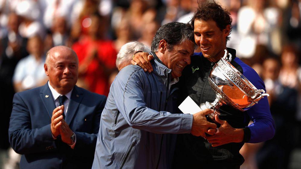 Foto: Toni y Rafa Nadal celebran el Roland Garros de 2017. (Reuters)