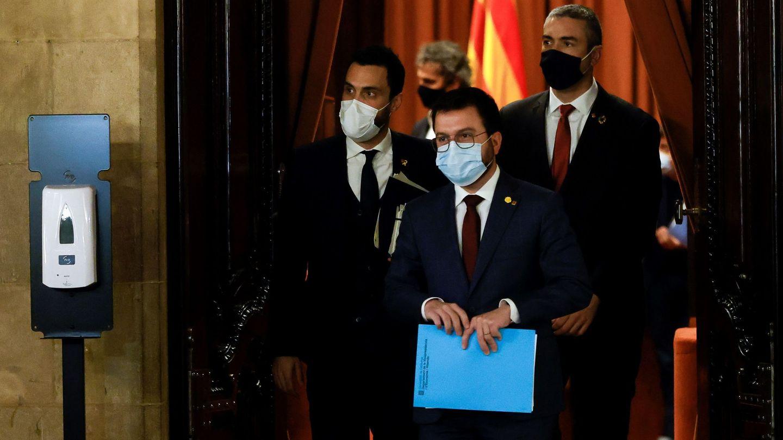 El vicepresidente de la Generalitat, Pere Aragonés (c), el presidente del Parlament, Roger Torrent (i), y el conseller de Exteriores, Bernat Solé tras la mesa para aplazar las elecciones (EFE)
