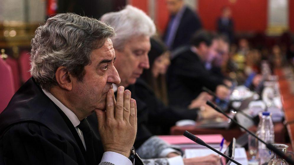 Foto: Los fiscales, Javier Zaragoza (i) y Fidel Cadena (2i), durante el juicio del 'procés'. (EFE)