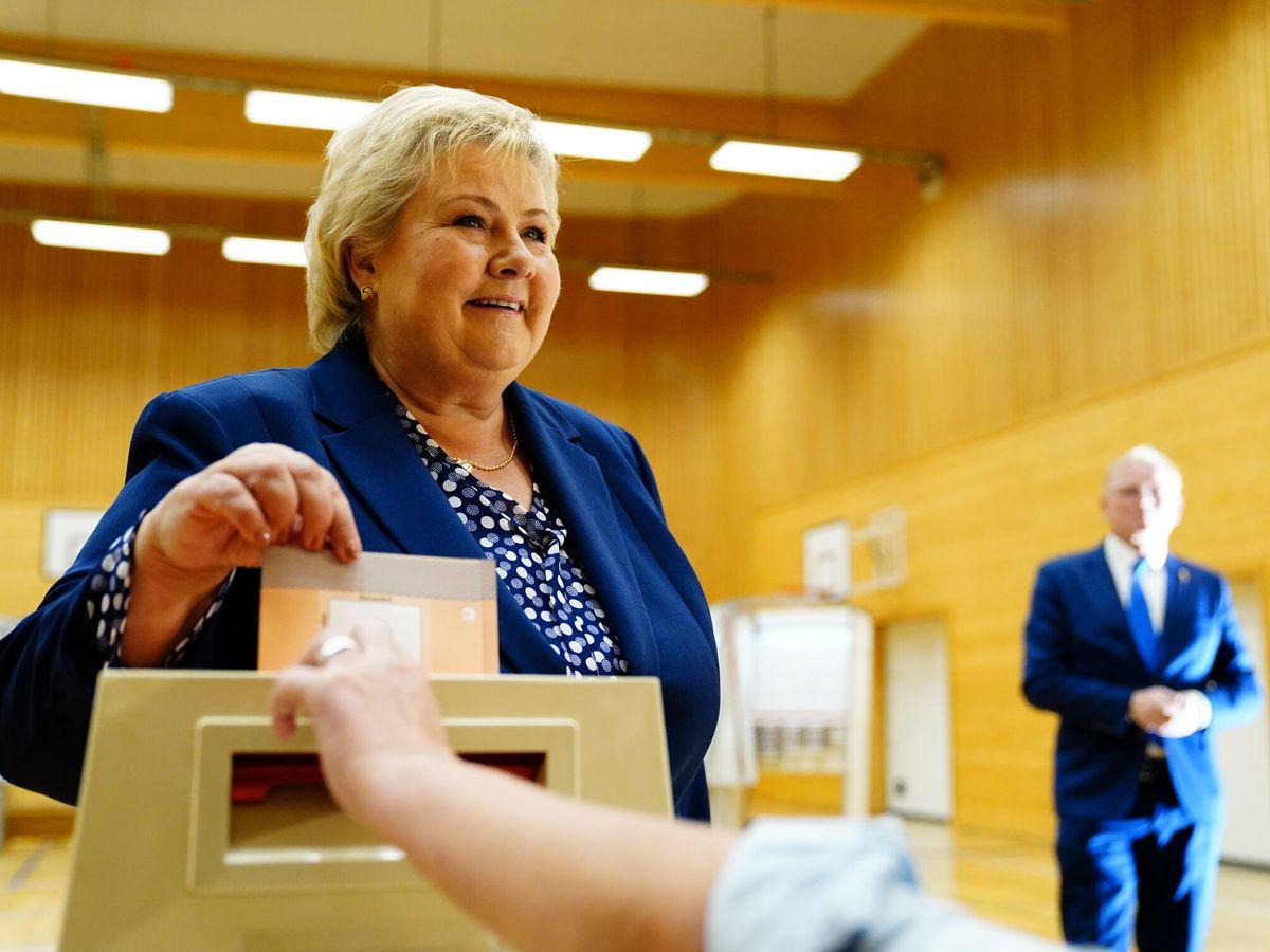 Foto: La primera ministra noruega Erna Solberg vota durante la jornada electoral. (Reuters)