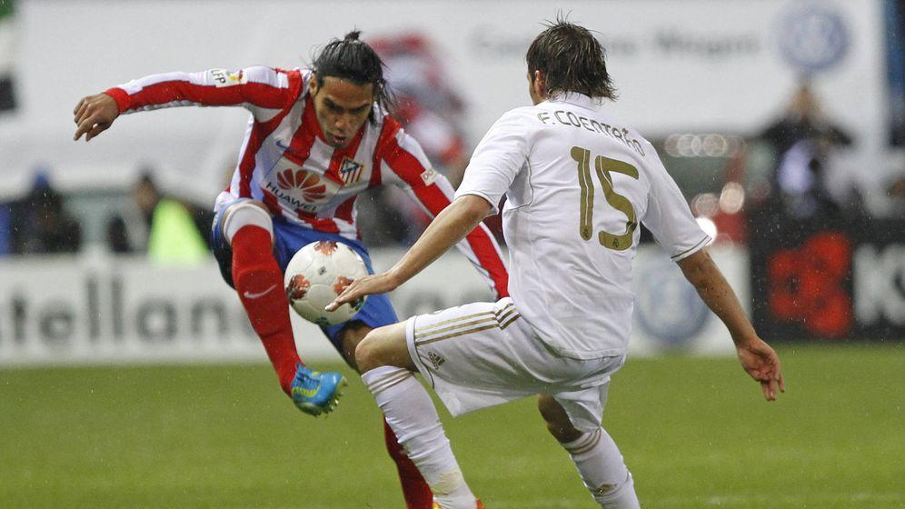 Foto: Radamel Falcao y Fabio Coentrao, en un partido de 2012. EFE