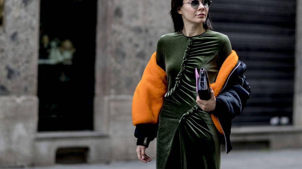 Foto: En el street style el terciopelo sigue triunfando. (Imaxtree)