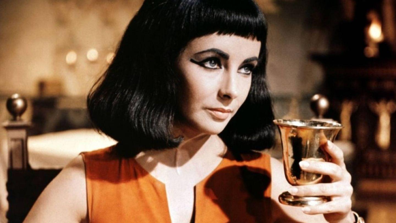 Elizabeth Taylor, en su papel de Cleopatra.  (Fotograma)
