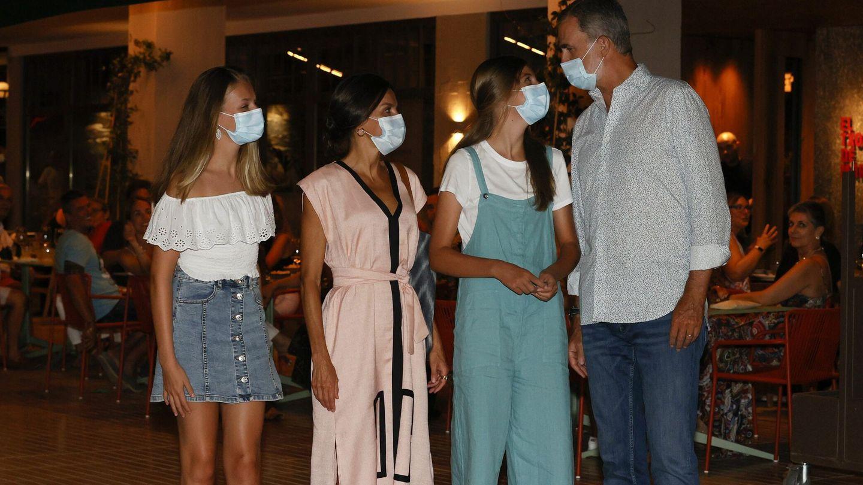 La familia real en su salida nocturna para cenar en el Txoko de Martín Berasategui. (EFE)