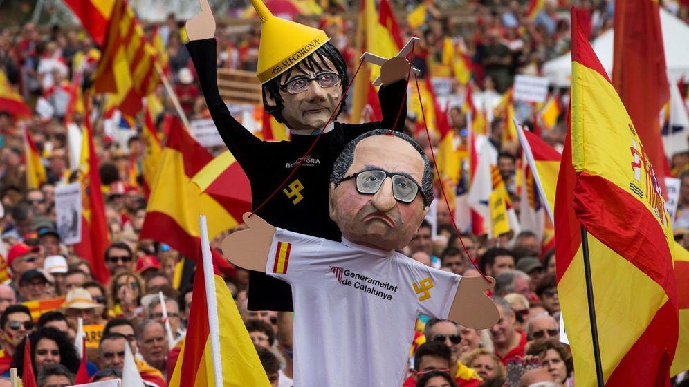 Foto: Un manifestante porta unas marionetas de Quim Torra y de Carles Puigdemont. (EFE)