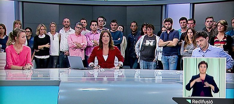 Foto:  Momento en que la presentadora del informativo de la noche informa a los telespectadores del cierre de la cadena. (EFE)