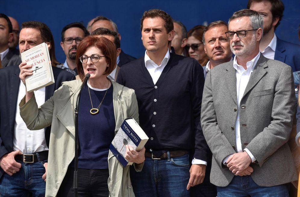 Foto: Rivera, junto a Maite Magazaurtundúa y José Manuel Villegas, en el acto que hizo en campaña electoral en Ugao-Miraballes (Vizcaya) en homenaje a las víctimas de ETA. (EFE)