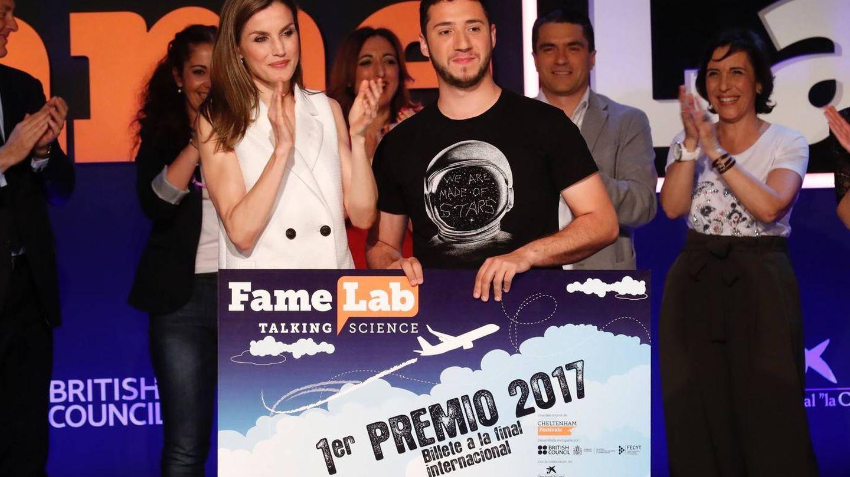 El estudiante extremeño, ganador de Famelab en 2017, junto a la Reina Letizia (Casa Real)