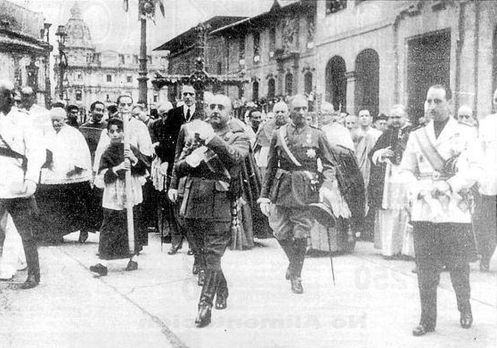 Foto: Franco entra en la Catedral de Oviedo con la Cruz de la Victoria en septiembre de 1942.