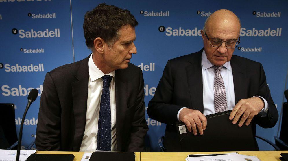 Foto: El presidente de Banco Sabadell, Josep Oliu, y el consejero delegado, Jaume Guardiola. (Efe)