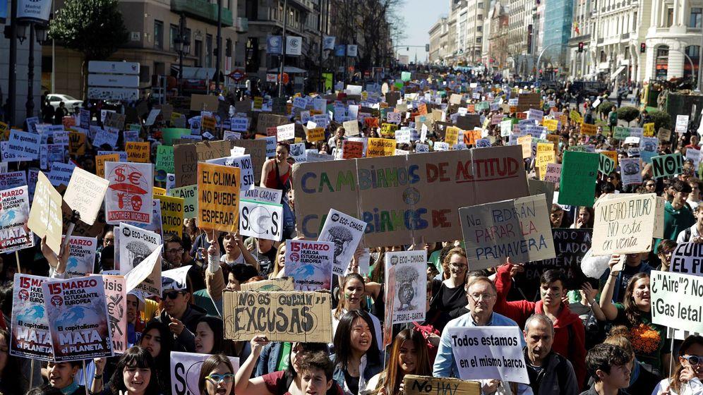 Foto: Estudiantes en la Puerta del Sol siguiendo la estela del movimiento Fridays For Future (EFE)