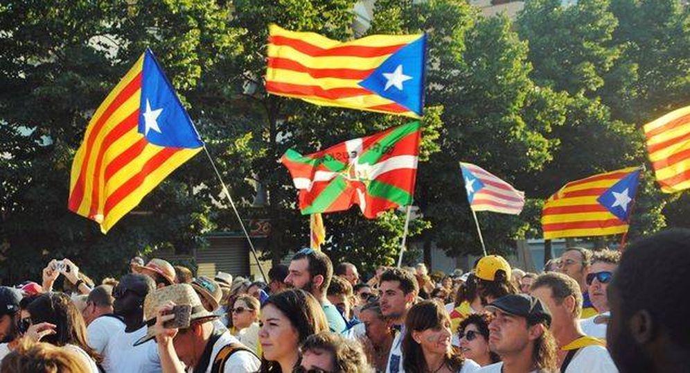 Foto: Una ikurriña junto a esteladas en la Diada independentista del 11 de septiembre. (EFE)