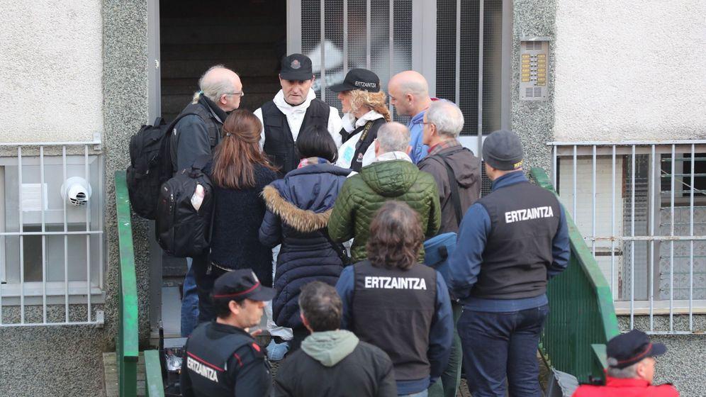 Foto: Un matrimonio de ancianos, de más de 80 años, han sido hallados hoy muertos con signos de violencia en su piso ubicado en el número 16 de la calle Zizeruena. (EFE)