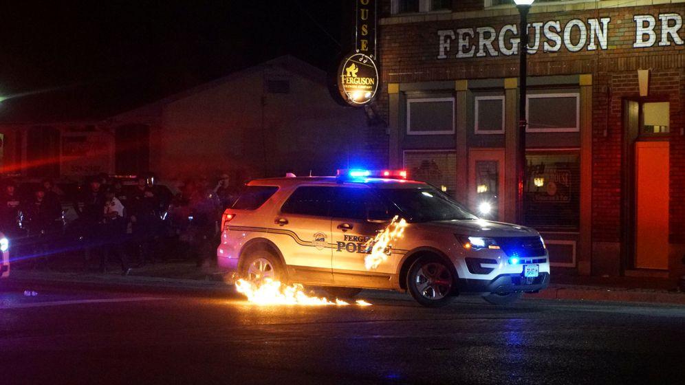 Foto: Cóctel molotov contra un coche policía (EFE)