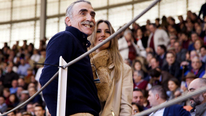 Juan y Medio, con una amiga en una corrida de toros en Illescas. (EFE)