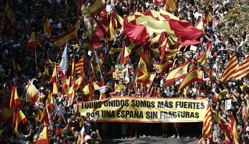 Foto: Manifestación en Barcelona para decir basta al 'procés'. (EFE)