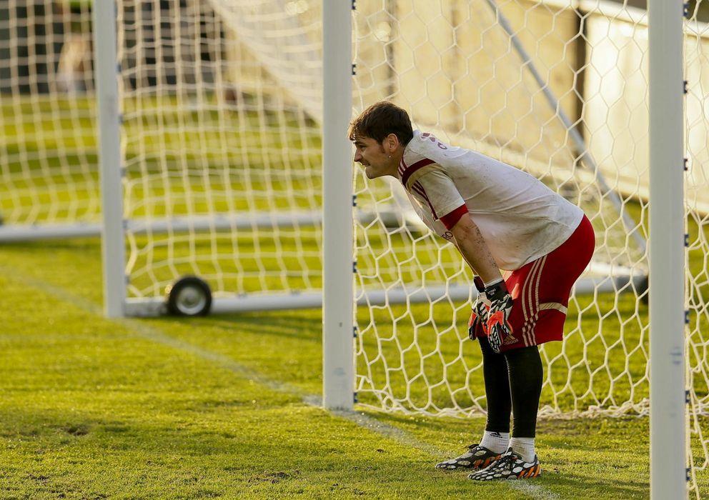 Foto: Iker, pensativo, durante un entrenamiento de la selección española de fútbol en brasil
