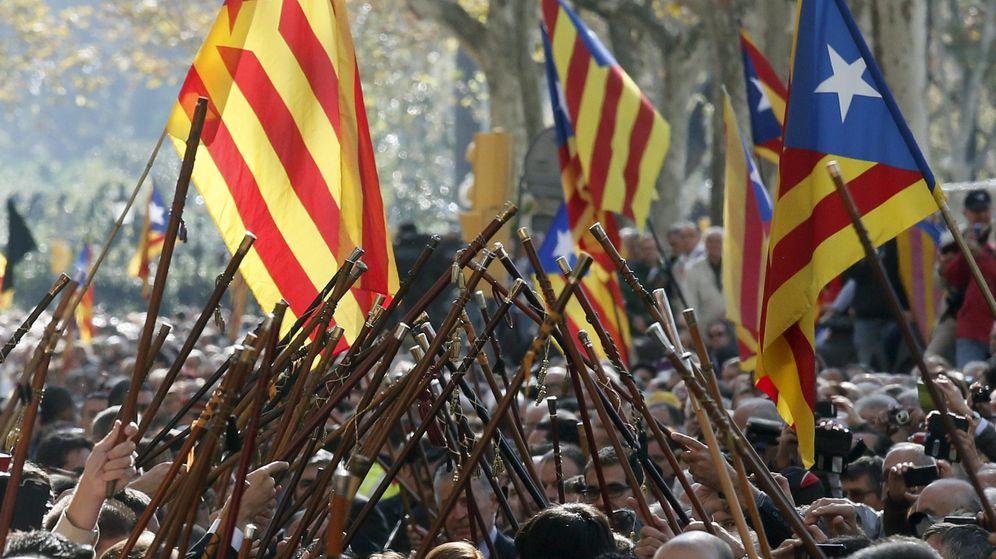 Foto: Alcaldes catalanes y ciudadanos arropan al presidente de la Generalitat, Artur Mas. (Reuters)
