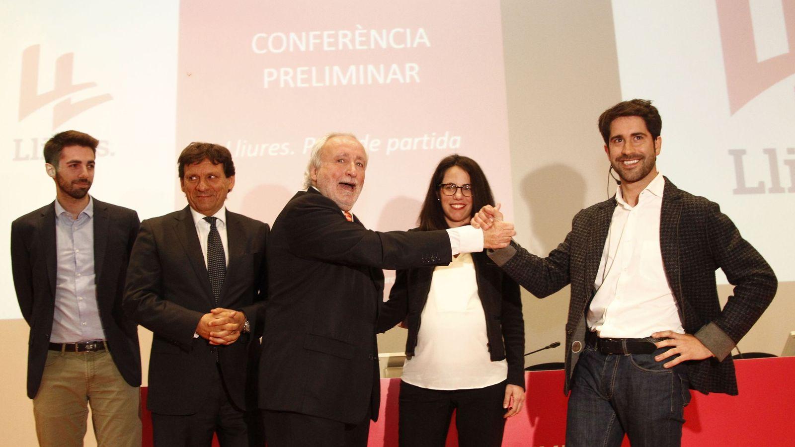 Foto: El exconvergente Antoni Fernández Teixidó (c) y el exportavoz de Unió en el Parlament Roger Montañola, momentos antes de la conferencia preliminar del movimiento Lliures. (EFE)