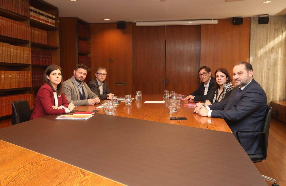 Foto: Adriana Lastra y Gabriel Rufián encabezan las negociaciones de PSOE y ERC, este 10 de diciembre en la sede de la AMB en Barcelona. (Pepa Álvarez | PSC)
