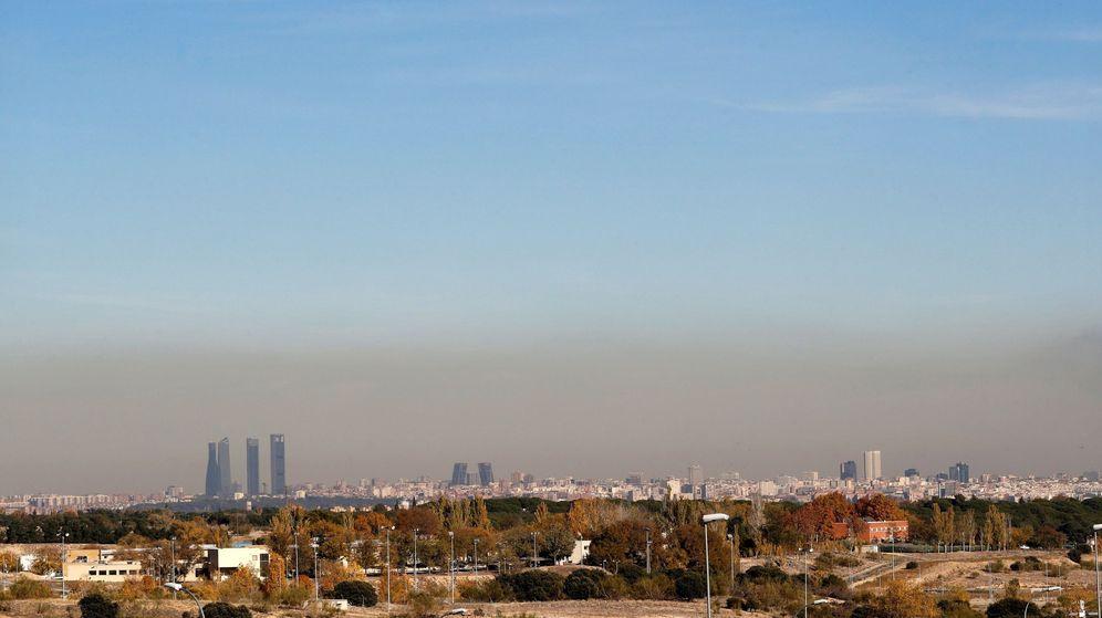 Foto: Vista de la capa de contaminación que cubre la ciudad de Madrid el pasado 19 de noviembre. (EFE)
