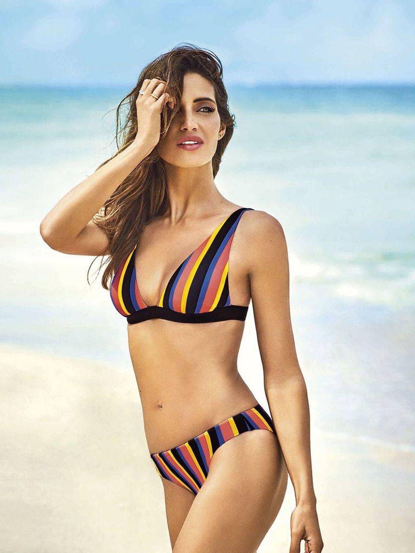 Sara posa con un bikini estampado con rayas verticales. (Instagram)