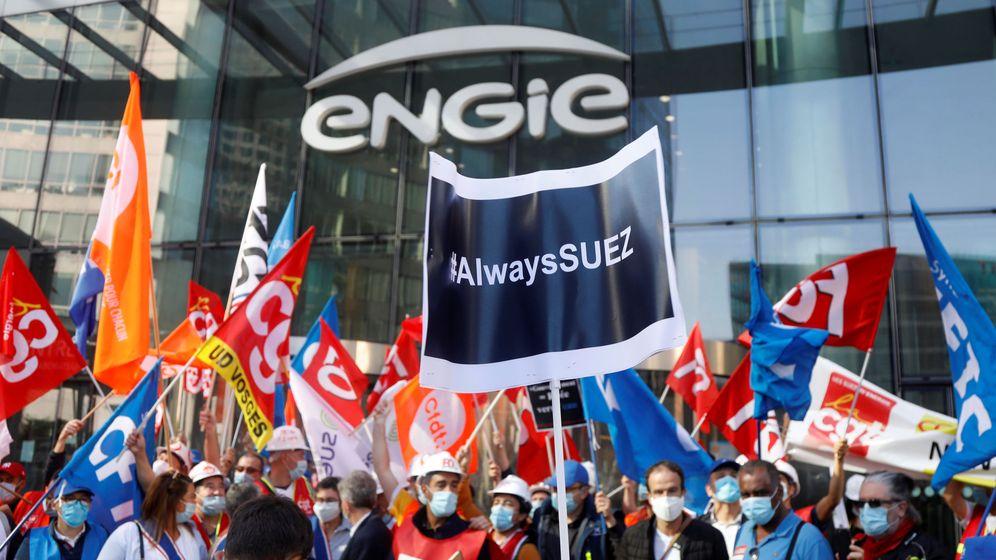 Foto: Protestas de trabajadores en la puerta de Engie por la posible venta de Suez a Veolia. (Reuters)