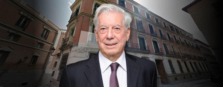 Foto: Mario Vargas Llosa delante de la fachada de su piso en Madrid (Vanitatis)