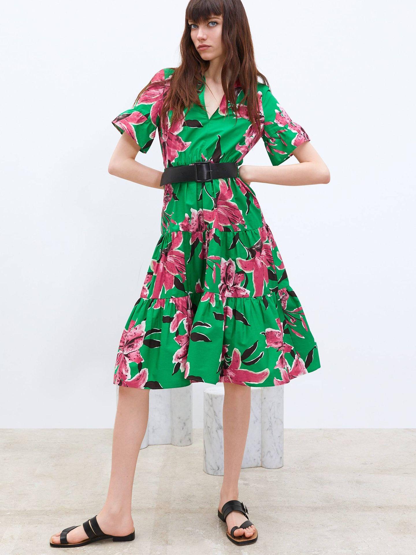 Vestido floral con cinturón de Zara.  (Cortesía)