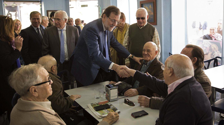 Foto: Rajoy saluda a un grupo de jubilados (Efe)
