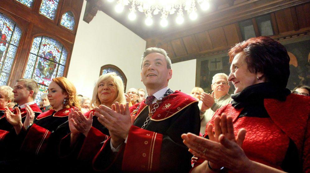 Foto: Robert Biedron, el primer alcalde abiertamente gay de Polonia, durante su ceremonia de juramento en Slupsk. (EFE)