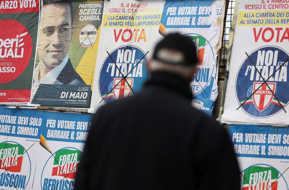 Foto: Un hombre pasa por delante de varios carteles electorales en Pomigliano D'Arco, cerca de Nápoles, el 21 de febrero de 2018. (Reuters)
