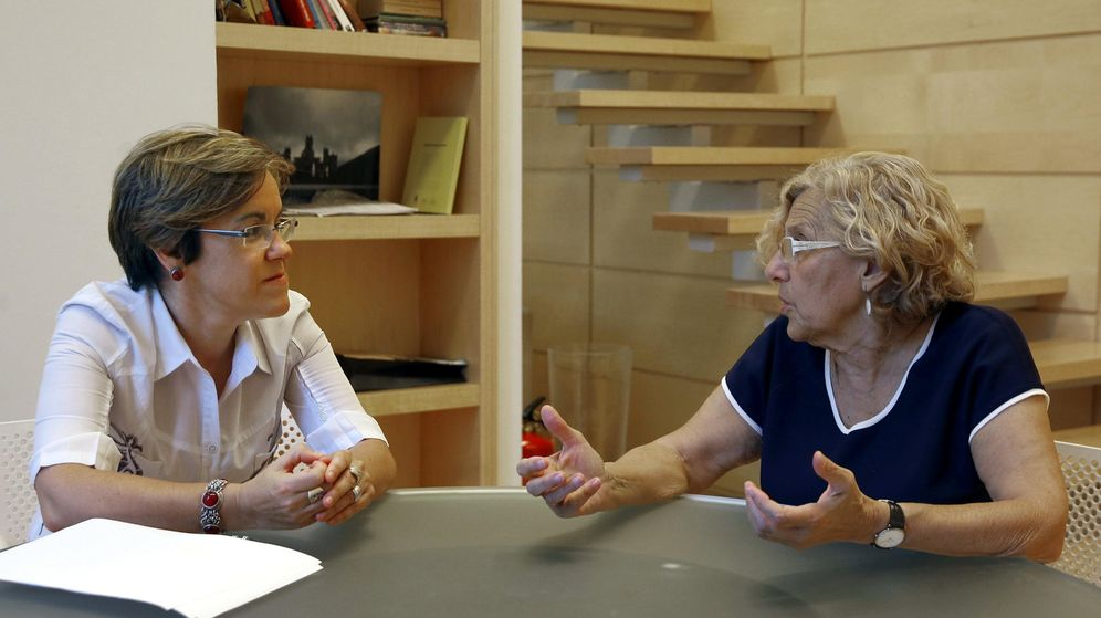 Foto: La alcaldesa de Madrid, Manuela Carmena, junto a la portavoz del grupo municipal socialista, Purificación Causapié. (EFE)