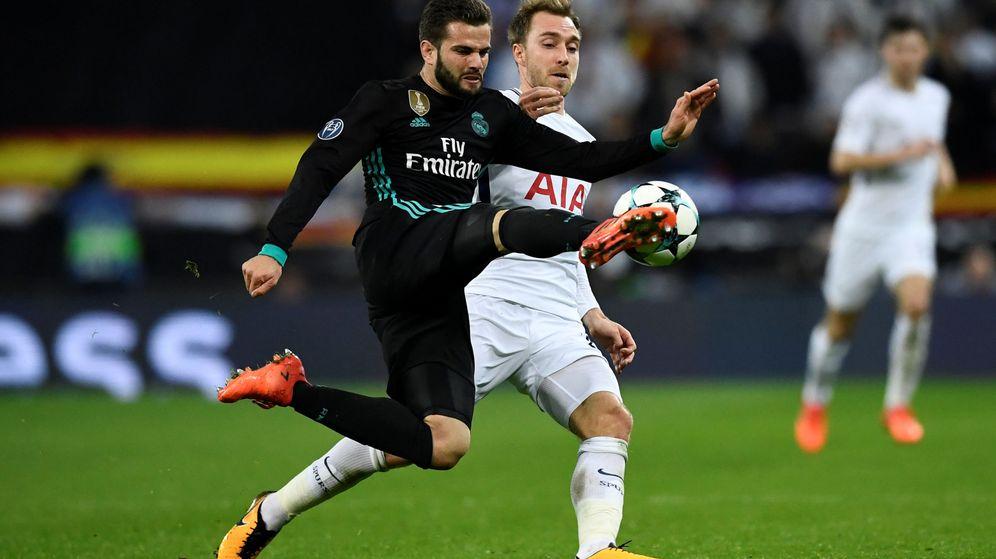 Foto: Nacho despejando un balón en Wembley. (Reuters)
