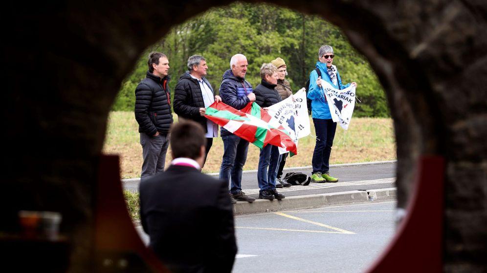 Foto: Simpatizantes de la izquierda 'abertzale' piden la amnistía para los presos de ETA frente a Villa Arnaga de Cambo (Francia). (EFE)