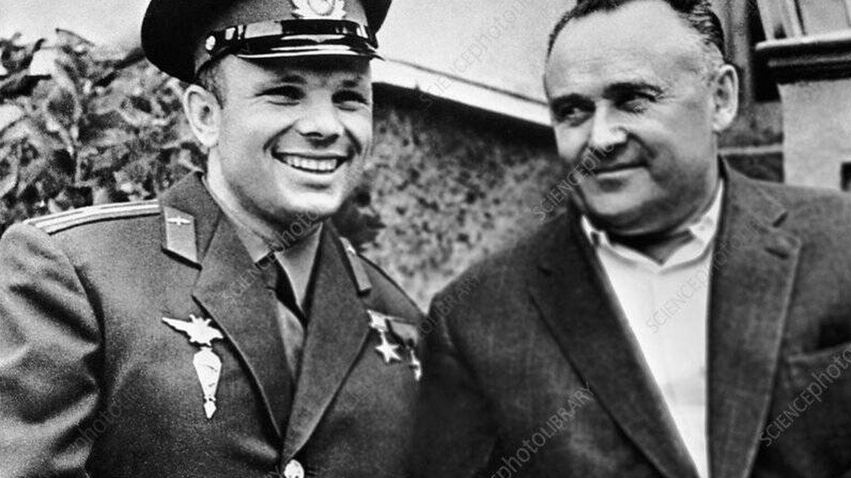 Yuri Gagarin, primer hombre en órbita, y Sergei Korolev