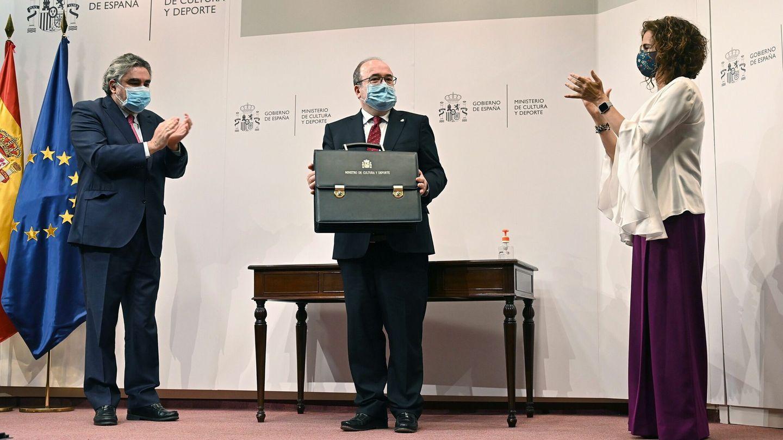 Miquel Iceta, tras recibir la cartera de José Manuel Rodríguez Uribes, junto a la ministra de Hacienda, María Jesús Montero. (EFE)